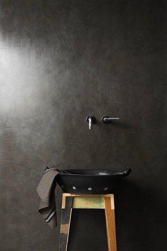 dwutorowe baterie umywalkowe, ścienne podtynkowe na czarnej ścianie nad umywalką w kształcie miski na tatorecie z przewieszonym ręcznikiem