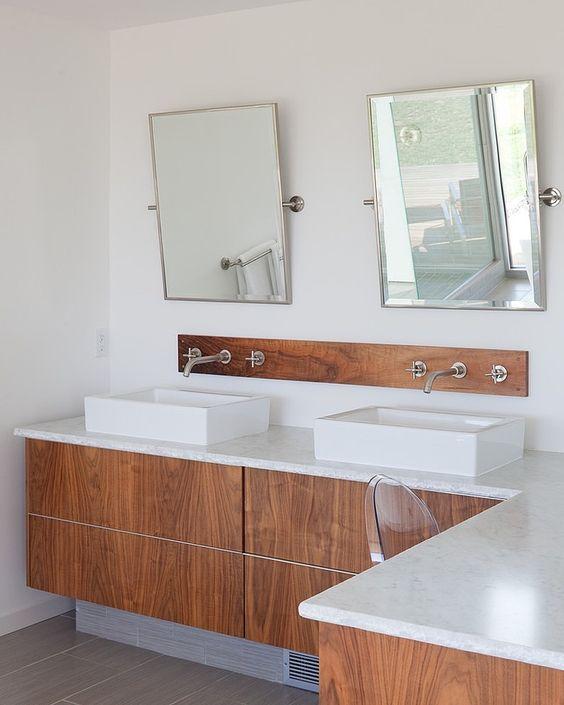 baterie umywalkowe ścienne podtynkowe trójotworowe zamontowane na pojedyńczym panelu ściennym nad nablatowymi umywalkami