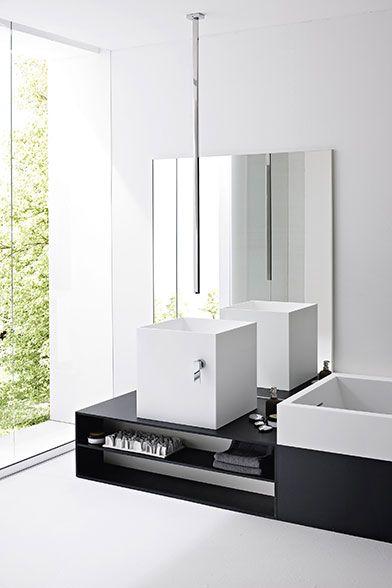 baterie umywalkowe mogą być umieszczone w różnych miejscach, w tym przypadku bateria jest zamocowana w suficie a mieszacz na boku kwadratowej umywalki