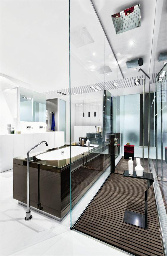 baterie łazienkowe - wylewka stojąca obok wanny, pokrętła i główka na półce obok