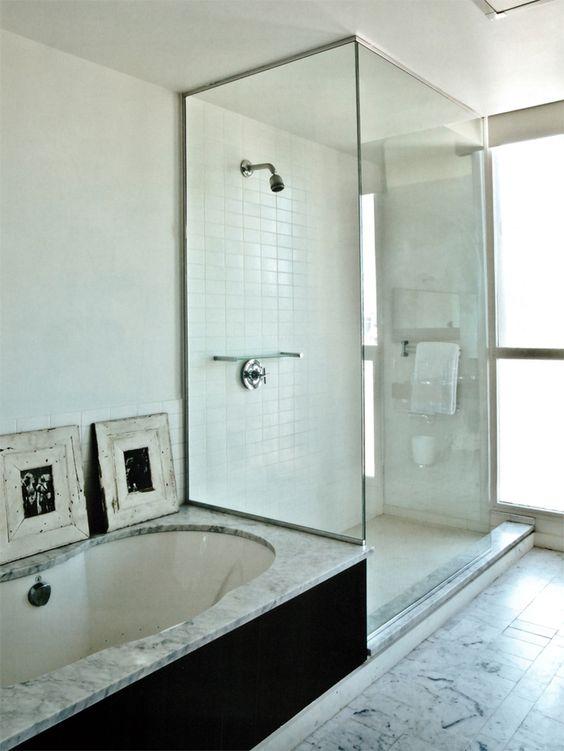 Stylizowana marmurowa łazienka. na podłodze na wykończeniu wanny
