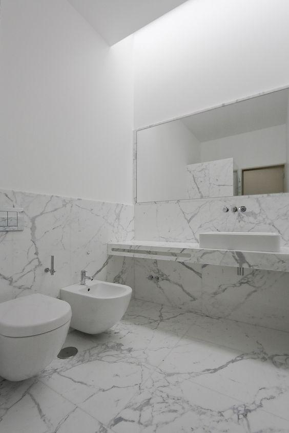 surowa, modernistyczna marmurowa łazienka z nowoczesnym podwieszanym sanitaroatem