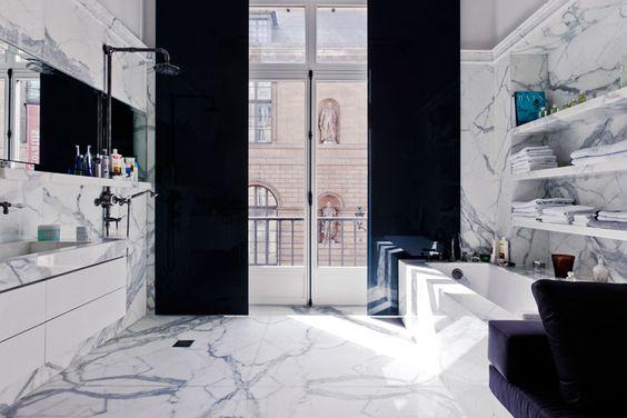 stylizowana, elegancka, biało-czarna, marmurowa łazienka w kamienicy
