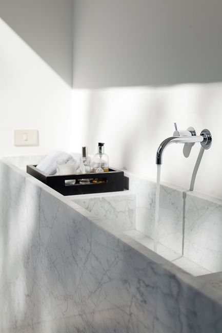 duża marmurowa umywalka ze srebrną podtynkową dwuotworową baterią