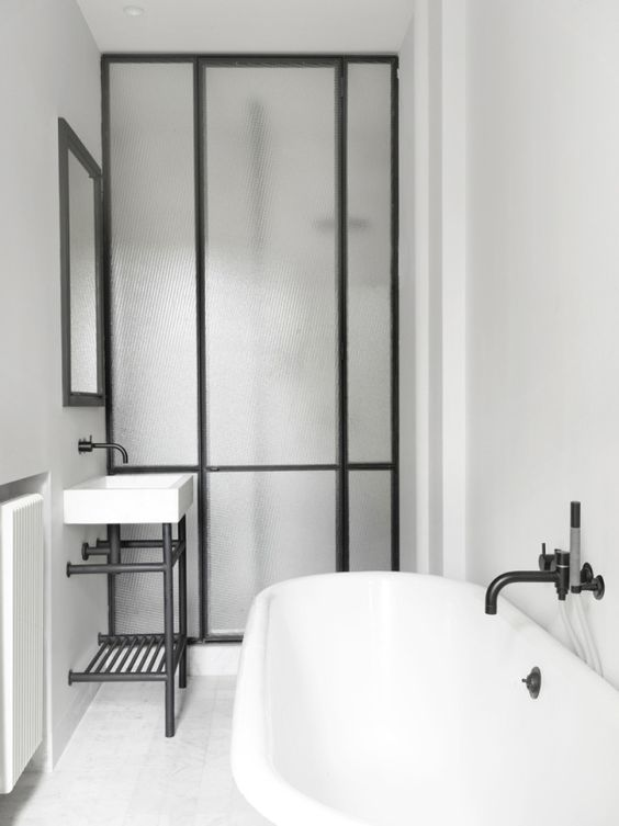 czarne bateria łazienkowe ścienne w biało czarnej stylizowanej łazience