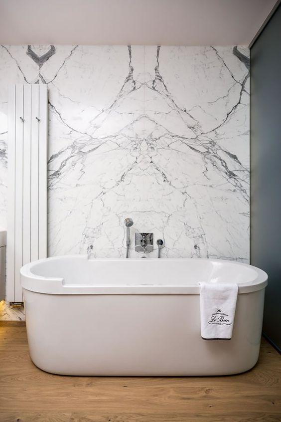 srebrne baterie łazienkowe podtynkowe naścienne w marmurowej łazience