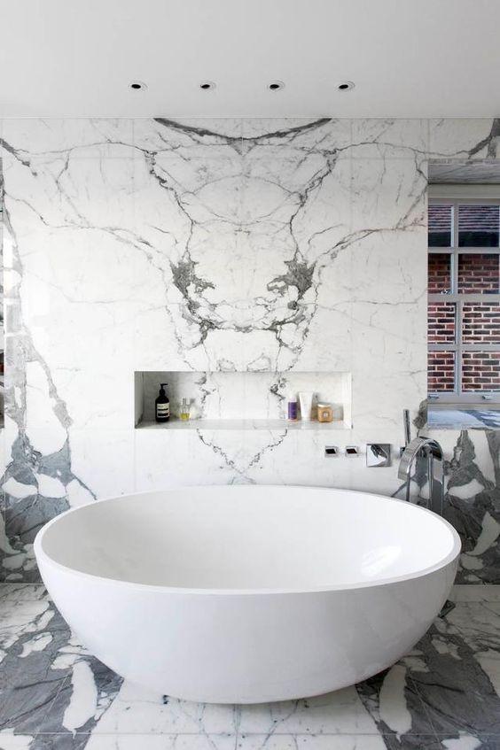 marmurowa łazienka z nowoczesną wolnostojącą okrągłą wanną