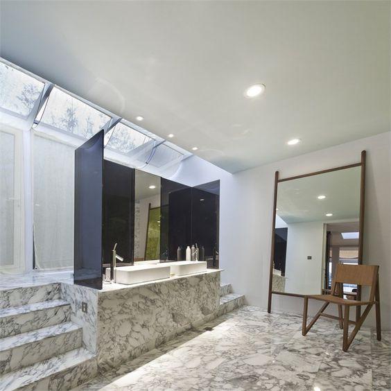 nowoczesna o wyraźnym wzorze marmurowa łazienka