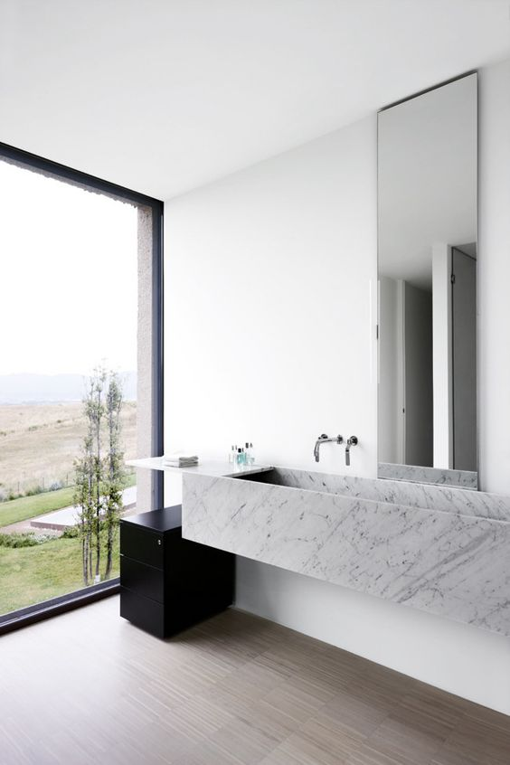 nowoczesna marmurowa umywalka w jasnej łazience
