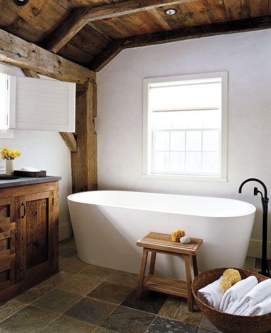 nowoczesna wanna i czarne baterie łazienkowe w rustykalnej łazience