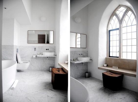 marmurowa łązienka, marmurowe ściany w połączeniu z nowoczesnymi sanitariatami łazience z zamkowym wysokim oknem