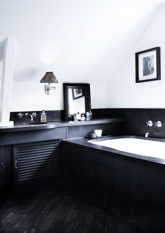 baterie łazienkowe natynkowe w czarno-biała łazienka na poddaszu ze skosami