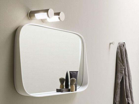 łazienka w stylu japońskim z białym lustrem z półką