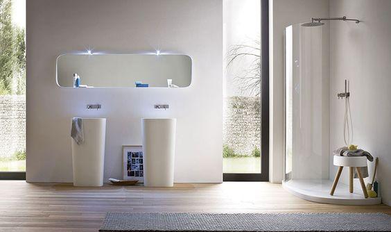 łazienka w stylu japońskim z wysokimi oknami i minimalistycznymi dodatkami
