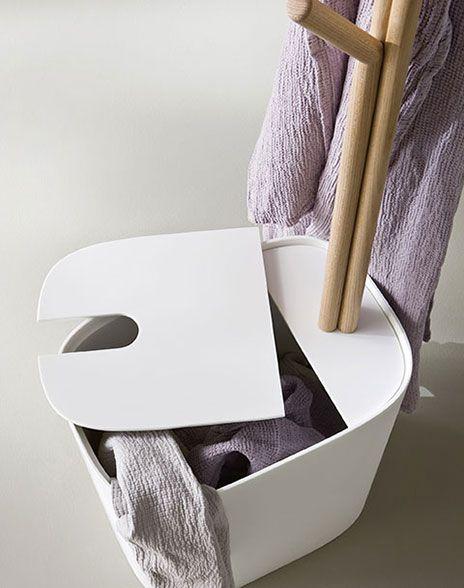 łazienka w stylu japońskim - minimalistyczny kosz na bieliznę i ręczniki