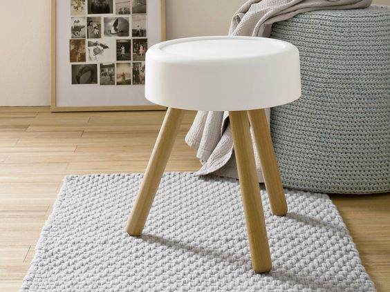 łazienka w stylu japońskim ze stołkiem, który również stanowi miskę