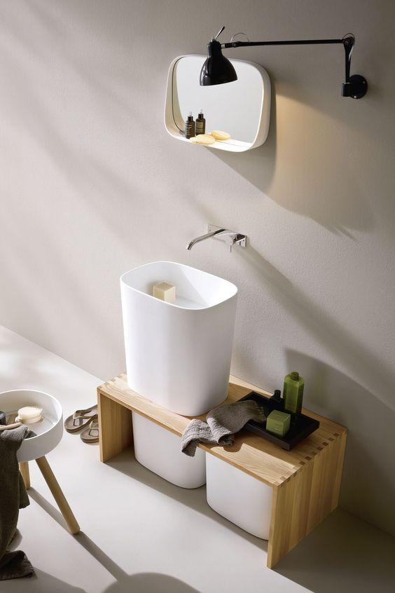 łazienka w stylu japońskim z umywalką wolnostojącą z drewnianą półką