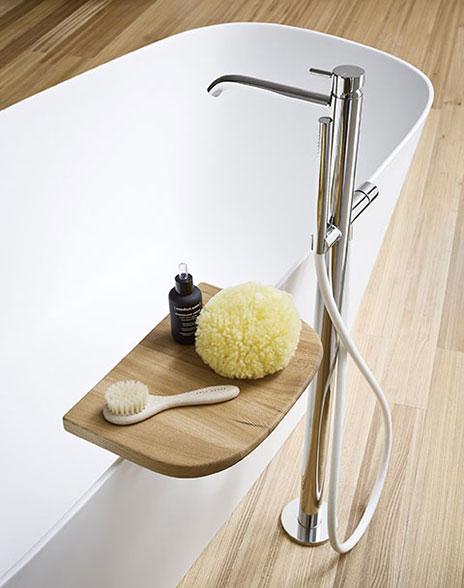 łazienka w stylu japońskim - wanna wolnostojąca z półką na akcesoria przy wannie