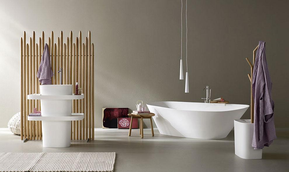 łazienka w stylu japońskim z wanną i umywalka wolnostojącą, drewniana ścianka