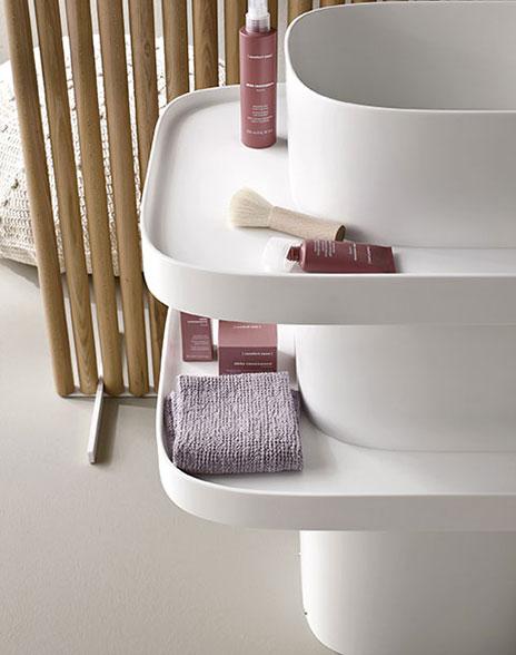 łaziennka w stylu japońskim z umywalką wolnostojącą z półkami