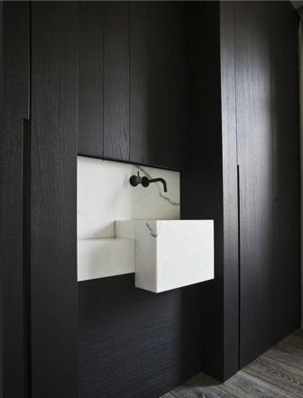 czarna łazienka z dodatkami w kolorze bieli i czerni