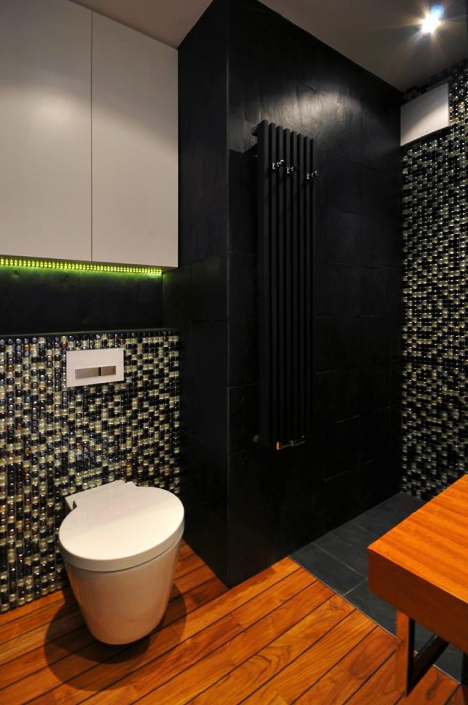 czarna łazienka z toaletą