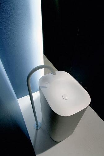 czarna łazienka z białą designerską baterią łazienkową