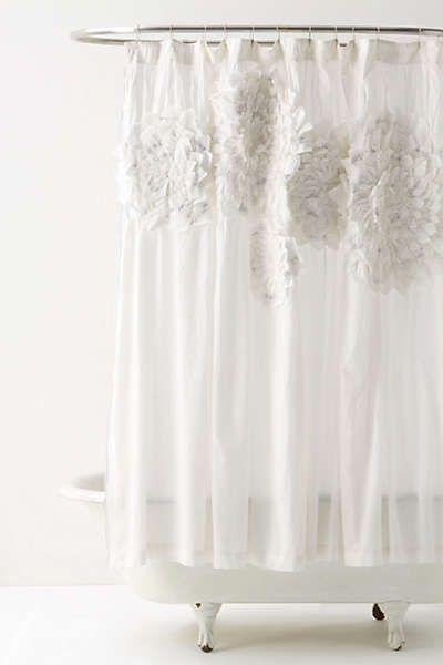 półprzezroczysta, delikatna biała zasłona prysznicowa z naszytymi w górze materiałowymi kwiatami