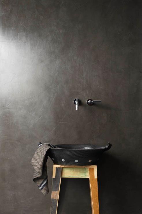 minimalistyczna czarna łazienka z czarną umywalką na drewnianym