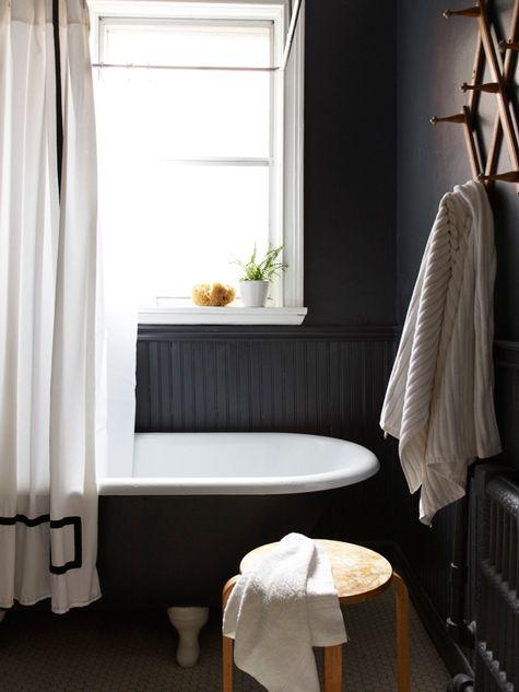 czarna boazeria położona do połowy wysokości ściany w łazience
