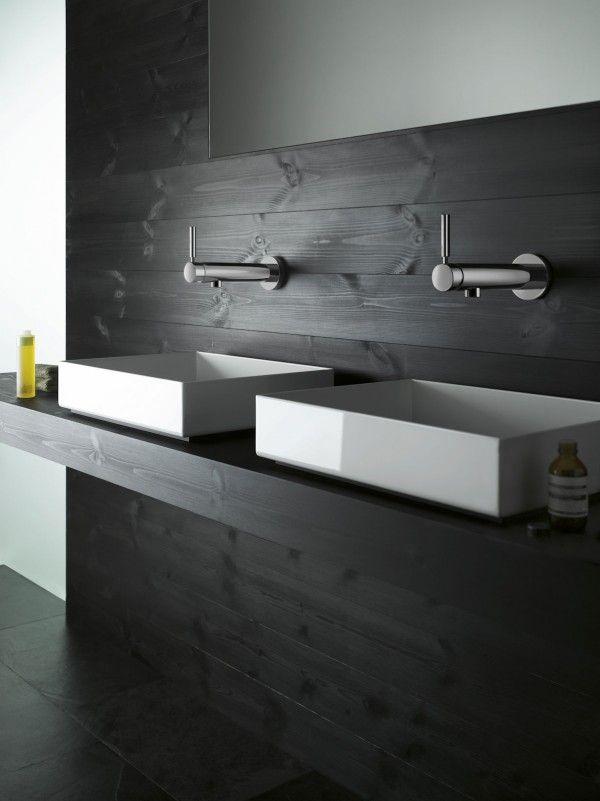 czarne poziome deski na ścianie i na blacie pod kwadratowe umywalki wykończeniem łazienki
