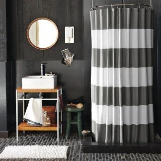 oryginalna zasłona prysznicowa w biało-szare pasy w ciemnej minimalistycznej łazience