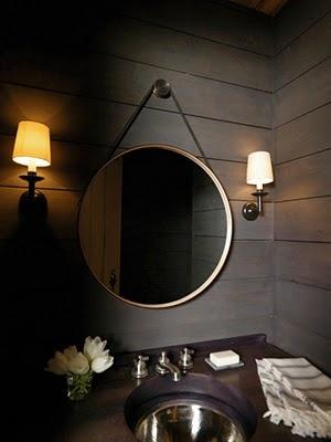 czarna łazienka rozświetlona lustro i stalowa podblatowa umywalka
