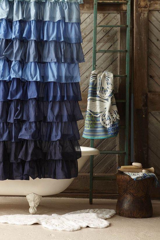 cieniowana niebieskogranatowa zasłona w falbanki w rustykalnej łazience