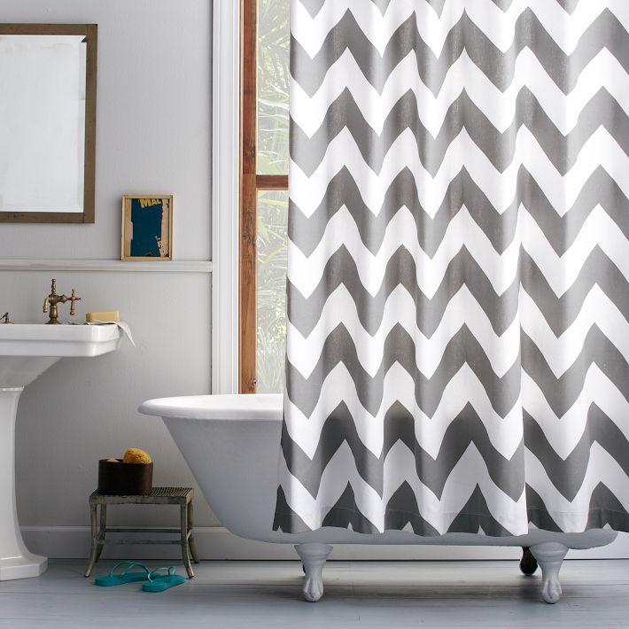 Biało -szara zasłona prysznicowa w wannie