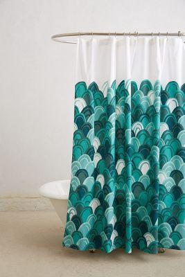 zasłona prysznicowa w turkusowe łuski w śródziemnomorskim stylu
