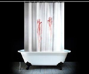 biała zasłona prysznicowa w motywel ociśniętych zakrwawionych dłoni jak z horroru