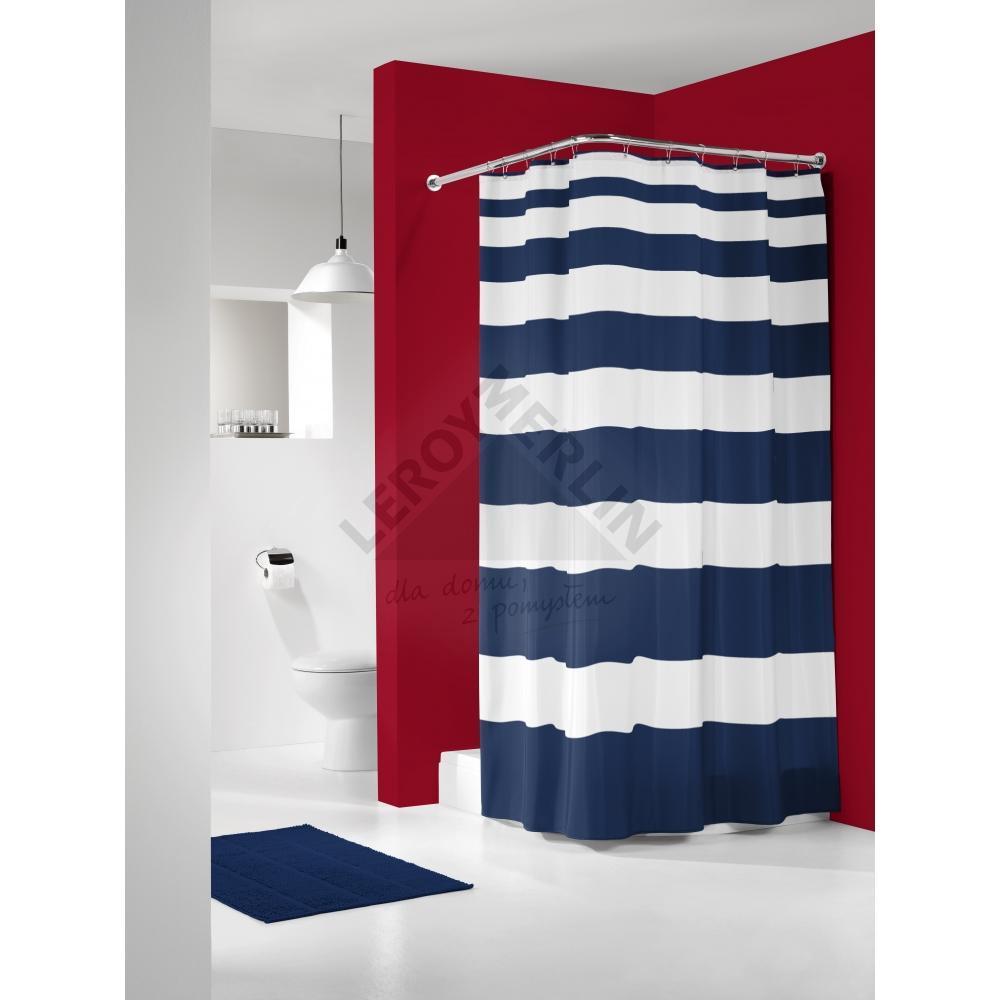 zasłona prysznicowa w granatowe paski w biało czerwonej łazience z granatowymi dodatkami typu dywanik łazienkowy