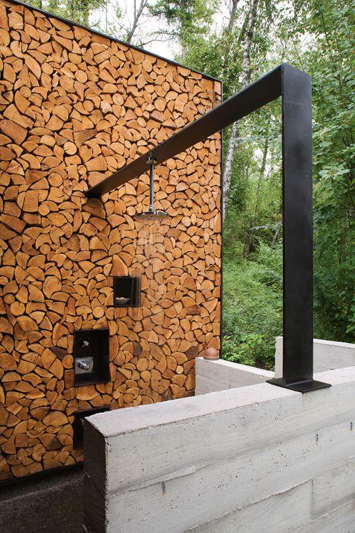 aranżacja łazienki na zewnątrz, drewno w fasadzie, beton w posadzce, czarna deszczownica