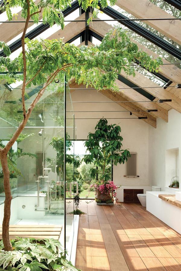aranżacja łazienki w ogrodzie zimowym, przeszklone okna i drzwi, dużo roślinności