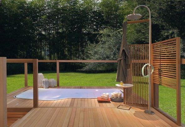 aranżacja łazienki w ogrodzie na drewnianym podeście z deszczownicą