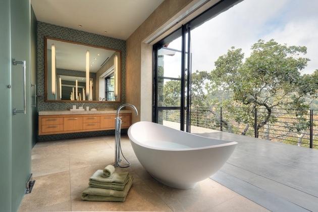 aranżacja łazienki - rozsuwane okno łączą pokój kąpielowy z wyjściem na taras