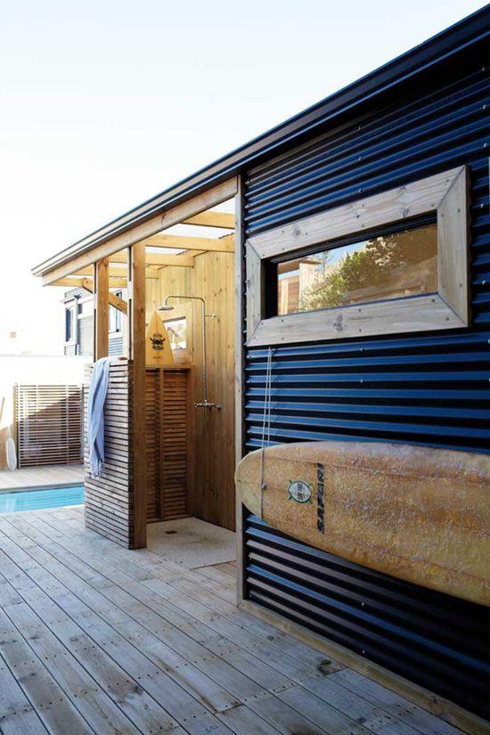 aranżacja łazienki na zewnątrz budynku gdzie drewno pod prysznicem stanowi część fasady budynku