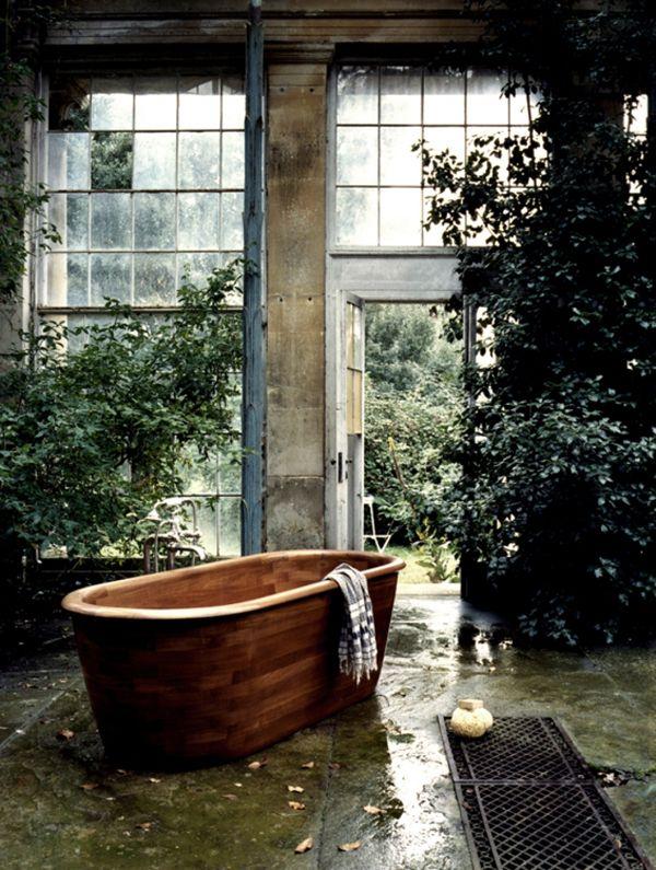 aranżacja łazienki w oranżerii, drewniana wanna w otoczeniu krzewów