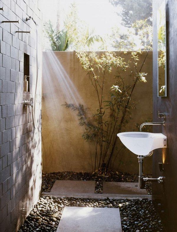 aranżacja łazienki na zewnątrz gdzie otoczaki są podłożem prysznic
