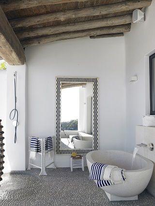 aranżacja łazienki na zewnątrz pod dachem, aranżacja w bieli z elementami dodatkami w kolorze granatu
