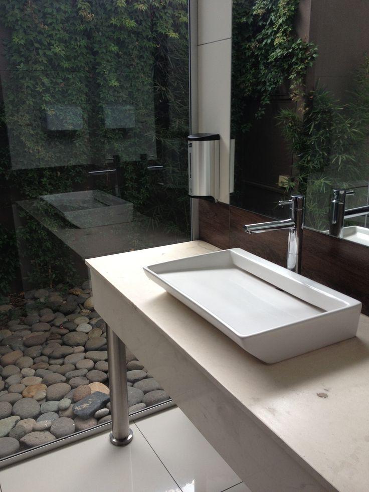 aranżacja łazienki z przeszklonymi ścianami