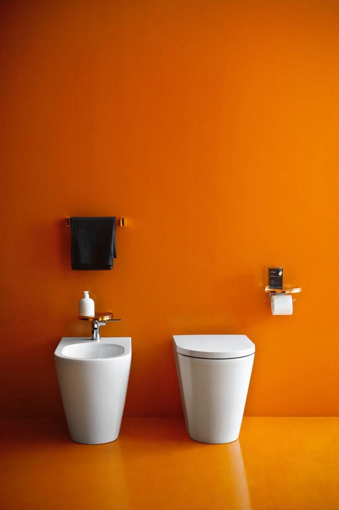 miska ustępowa wraz z bidetem w pomarańczowej łazience