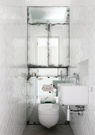 zabudowany lustrami system spłukujący, miska ustępowa i lustrzana szafka