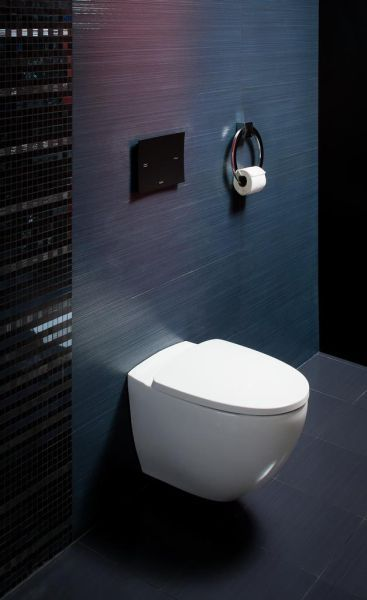biała podwieszona miska ustępowa Koło w czarno-fioletowej łazience